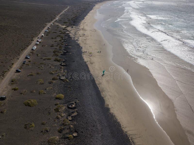 Vista aérea da praia de Famara, Lanzarote, Ilhas Canárias, Espanha Surfista do papagaio fotos de stock royalty free