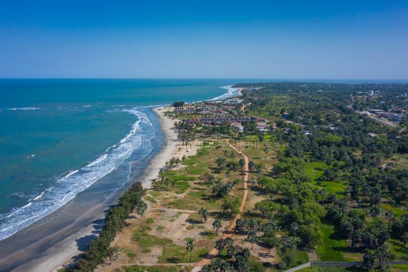 Vista aérea da praia de Idyllic perto da faixa do hotel Senegal na Gâmbia, África Ocidental fotografia de stock royalty free