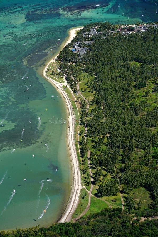 Vista aérea da praia de Le Morne em Maurícias uma ressaca e um kitin do vento fotografia de stock