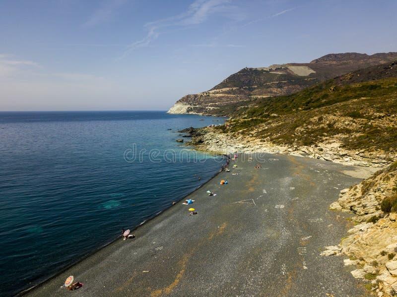 Vista aérea da praia de pedra preta, Nonza, projetos geométricos feitos com pedras imagem de stock royalty free