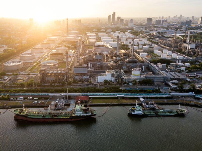 Vista aérea da refinaria de petróleo perto do porto internacional na noite Re foto de stock