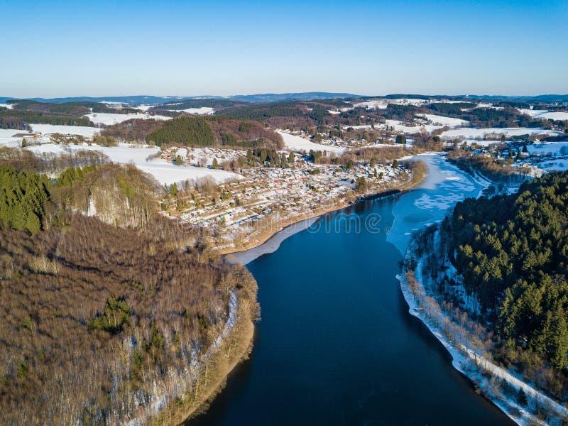 Vista aérea da represa parcialmente congelada de Lingese perto de Marienheide no inverno fotos de stock royalty free