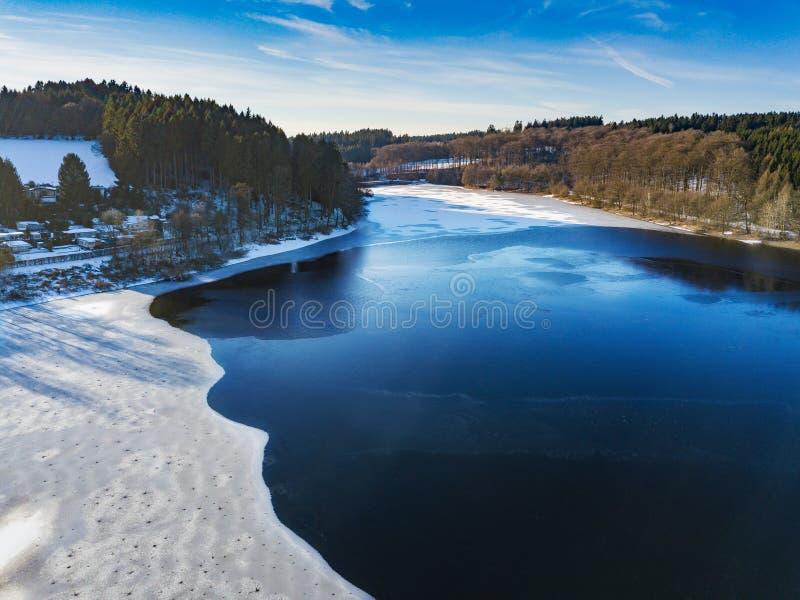 Vista aérea da represa parcialmente congelada de Lingese perto de Marienheide no inverno imagens de stock royalty free