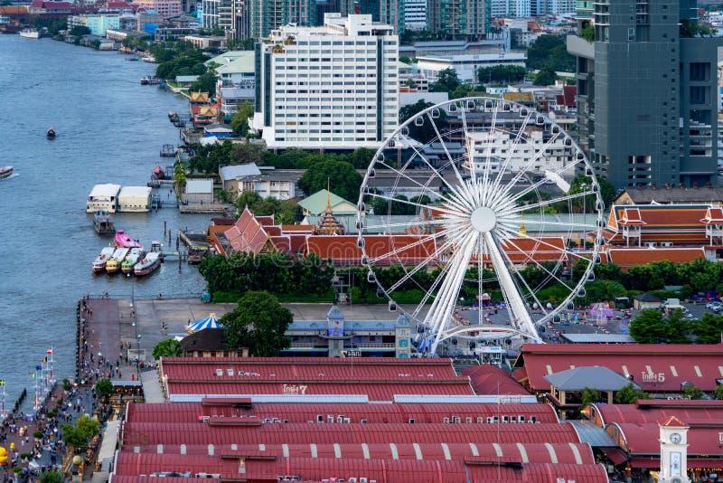 Vista aérea da roda de ferris, Asiatique o beira-rio, perto de Chao Phraya River com construções do arranha-céus em Banguecoque d foto de stock royalty free