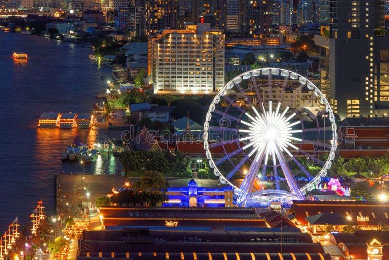 Vista aérea da roda de ferris, Asiatique o beira-rio, perto de Chao Phraya River com construções do arranha-céus em Banguecoque d fotos de stock royalty free