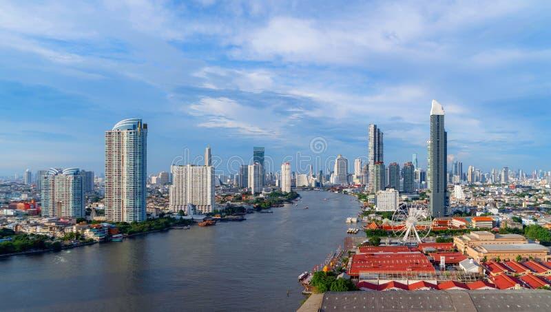 Vista aérea da roda de ferris, Asiatique o beira-rio, perto de Chao Phraya River com construções do arranha-céus em Banguecoque d imagem de stock royalty free
