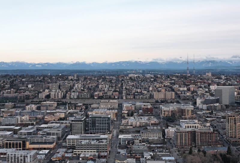 Vista aérea da skyline e das montanhas da cidade em d imagens de stock