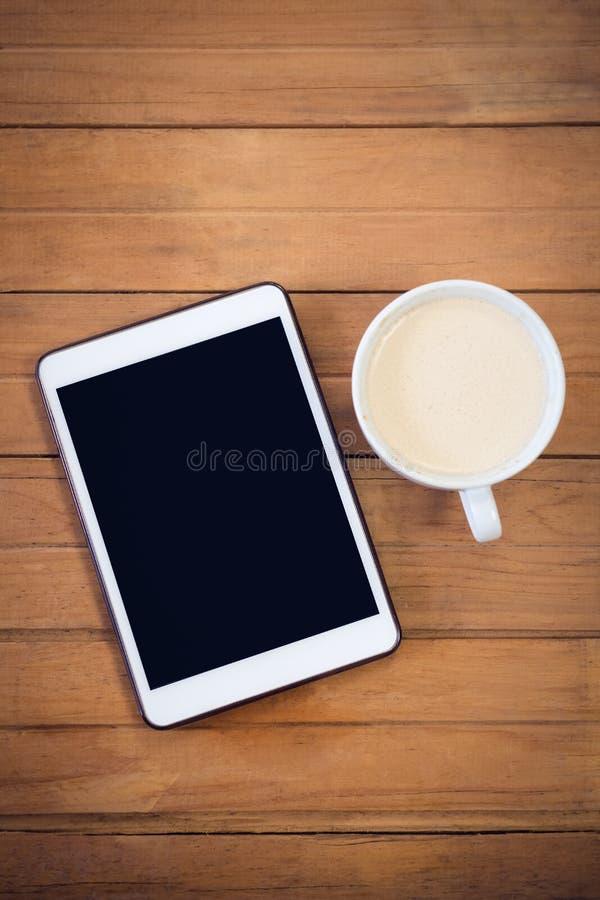 Vista aérea da tabuleta digital com copo de café imagens de stock royalty free