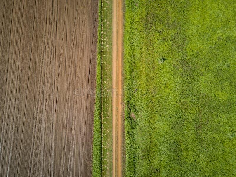 Vista aérea da terra e de uma estrada de terra imagens de stock royalty free