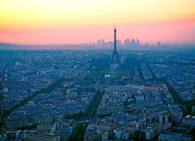 Vista aérea, da torre de Montparnasse no por do sol, na vista da torre Eiffel e no distrito da defesa do La em Paris, França imagem de stock