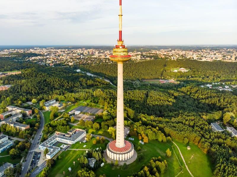 Vista aérea da torre da tevê de Vilnius, a estrutura a mais alta em Lituânia, ocupado pelo centro lituano do rádio e da televisão foto de stock royalty free