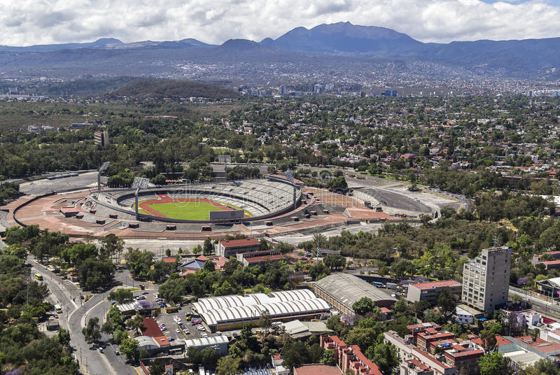 Vista aérea da universidade o Estádio Olímpico de Cidade do México fotografia de stock