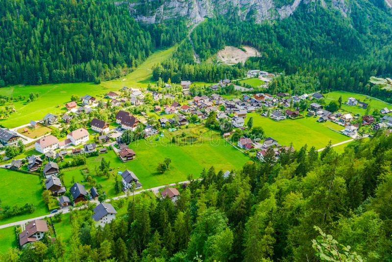 Vista aérea da vila de Hallstatt com casas minúsculas, como visto do klettersteig preto avaliado difícil de Echernwand/através do fotos de stock