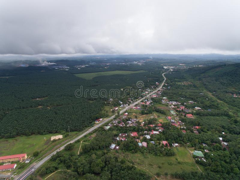 Vista aérea da vila e da plantação do óleo de palma foto de stock royalty free