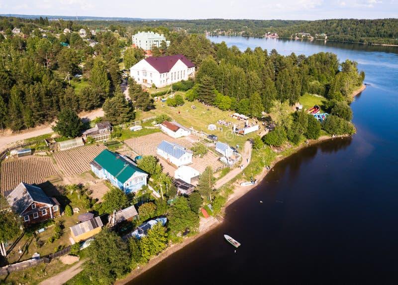Vista aérea da vila no rio de Svir dos bancos, Nikolsky, região de Leninegrado fotos de stock royalty free