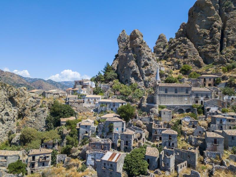 Vista aérea da vila pequena de Pentedattilo, de igreja e de ruínas da vila abandonada, colônia grega na montagem Calvario, cujo imagem de stock royalty free