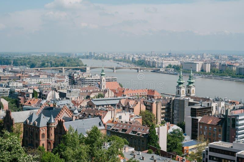 vista aérea das construções e da ponte sobre o rio foto de stock