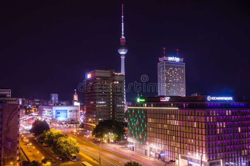 A vista aérea das construções e a tevê elevam-se em Berlim na noite imagens de stock