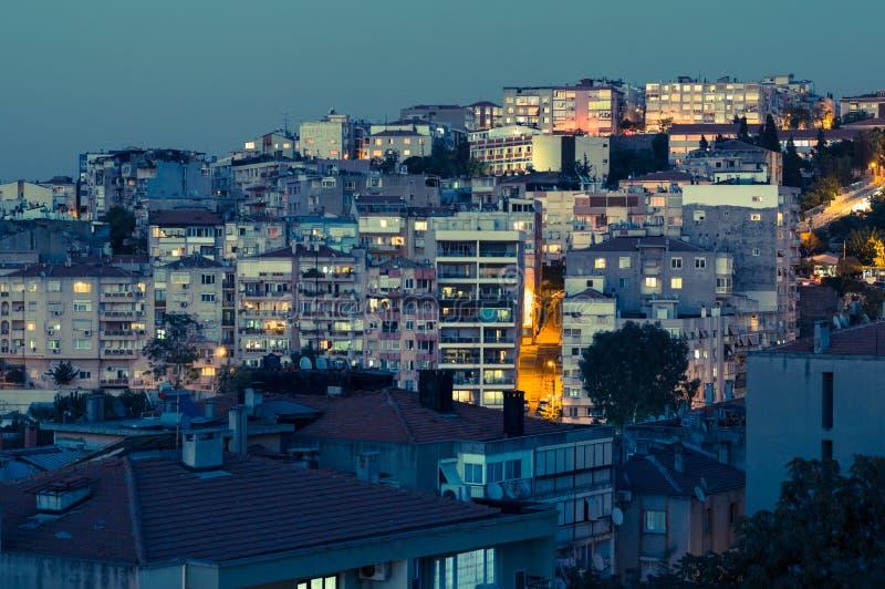 Vista aérea das construções no distrito de Konak da cidade de Izmir na noite imagem de stock
