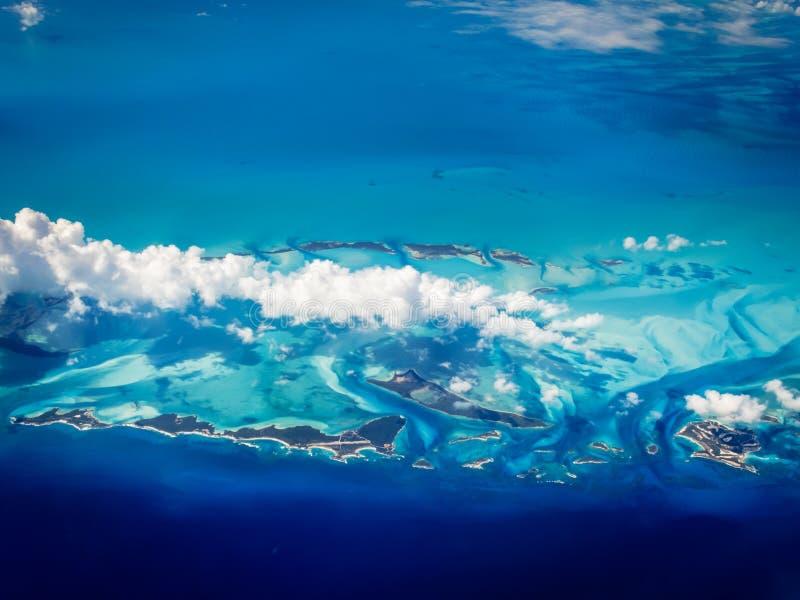 Vista aérea das ilhas das caraíbas do Bahamas que aumentam em um mar de turquesa imagens de stock royalty free