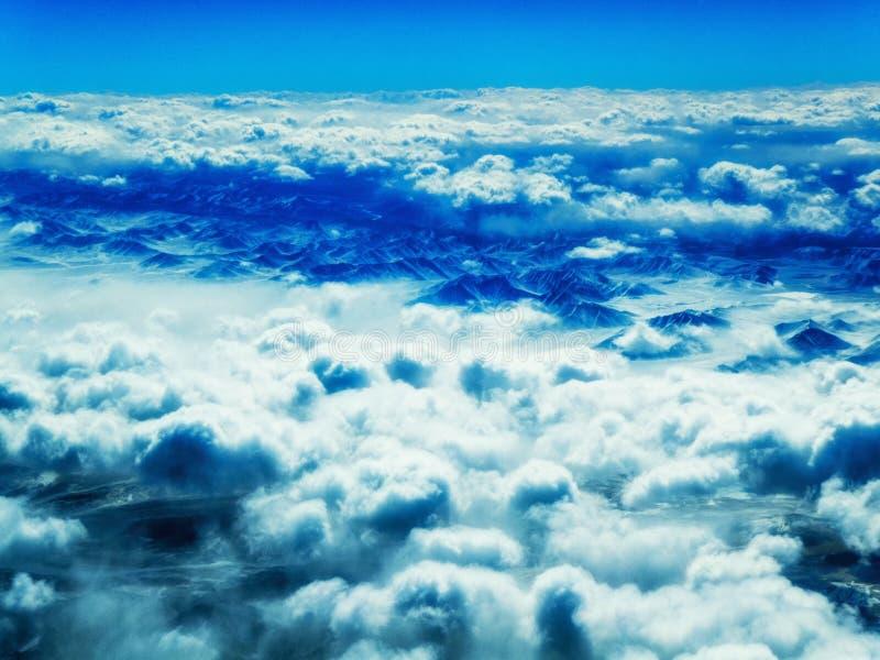 Vista aérea das montanhas e das nuvens na parte superior imagem de stock royalty free