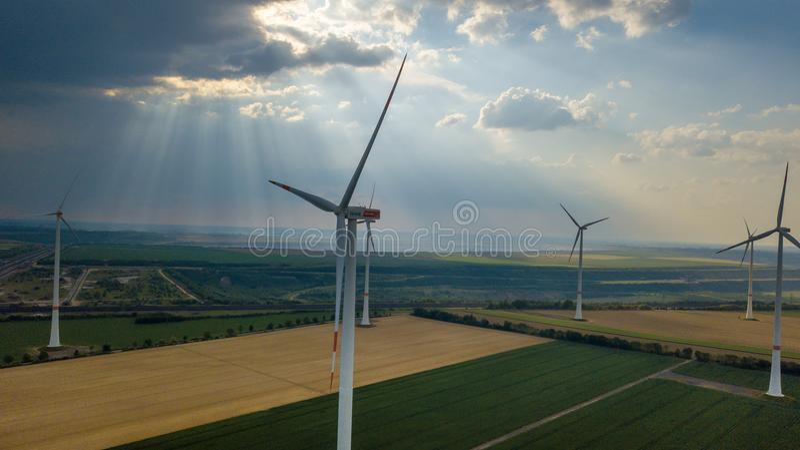 A vista aérea das turbinas eólicas coloca o landsc da área industrial da energia foto de stock royalty free