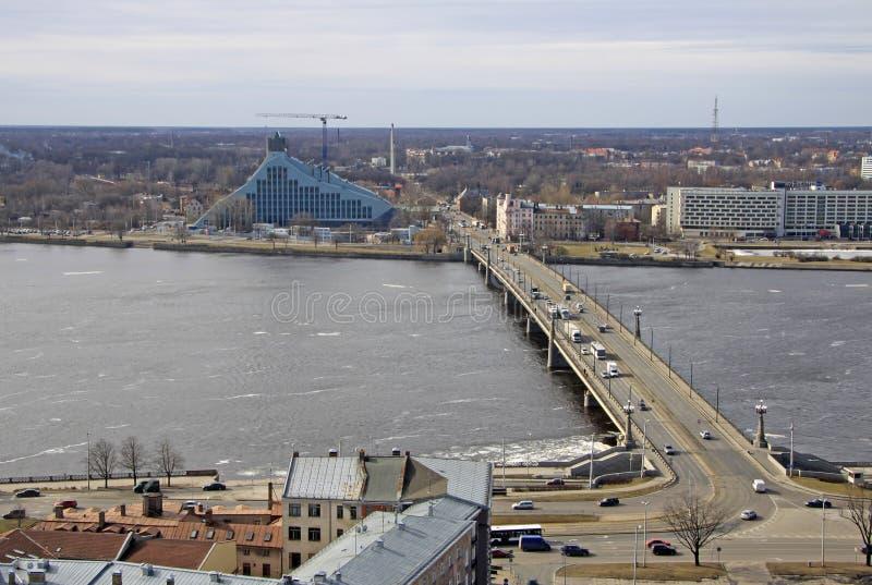 Vista aérea Daugava de Riga, río y puente de la piedra, Riga, Letonia fotografía de archivo