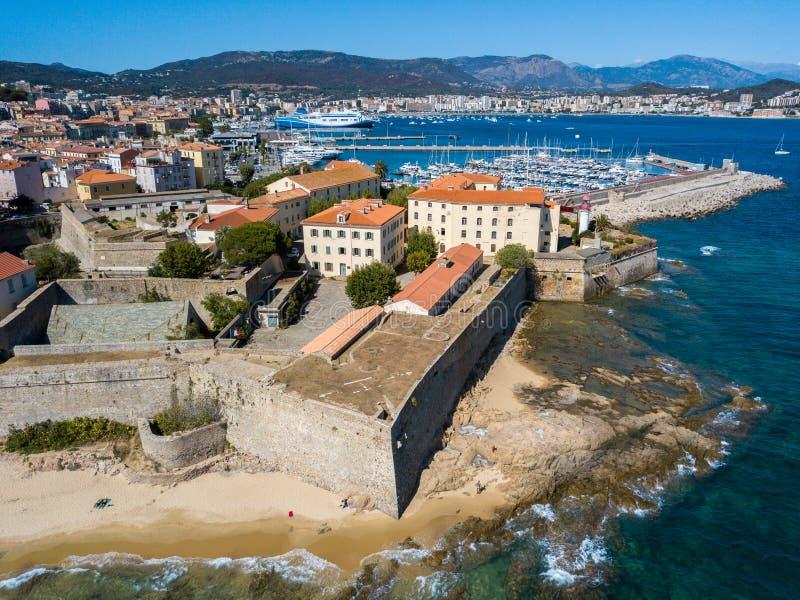 Vista aérea de Ajacio, Córcega, Francia El área del puerto y el centro de ciudad visto del mar imagenes de archivo