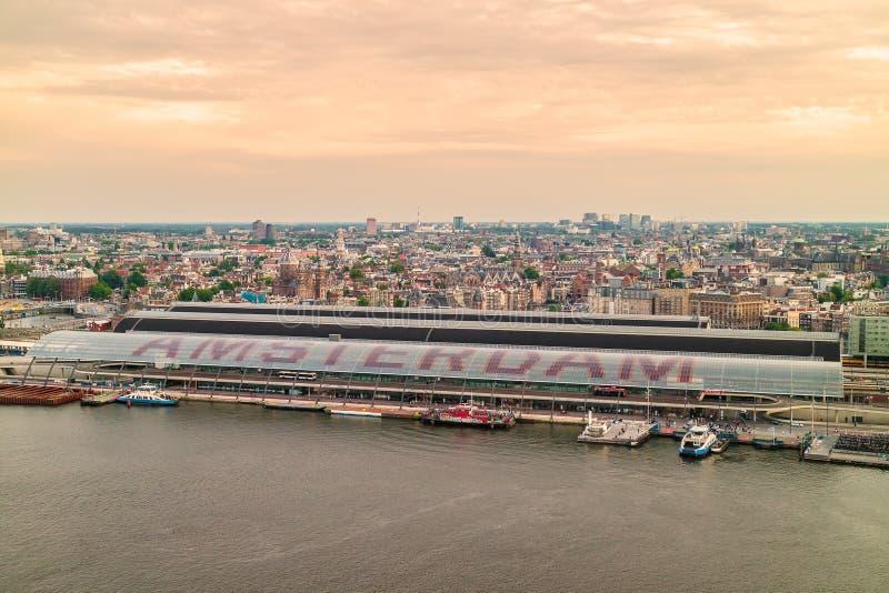 Vista aérea de Amsterdam con la estación central en frente foto de archivo