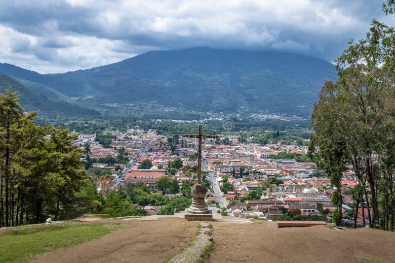 Vista aérea de Antígua a Cidade da Guatemala de Cerro de la Cruz com o vulcão no fundo - Antígua da água, Guatemala imagens de stock royalty free