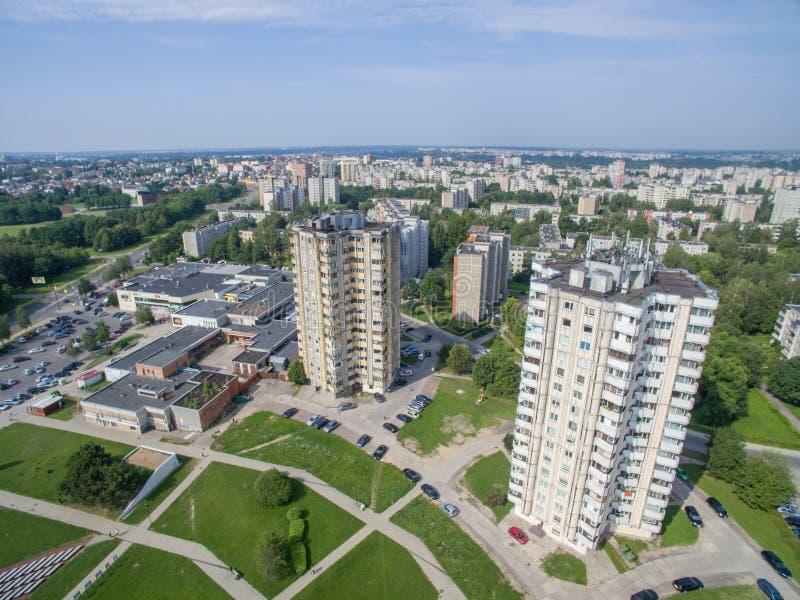Vista aérea de apartamentos de vários andares perto do quadrado do cecenija em Kaunas fotografia de stock