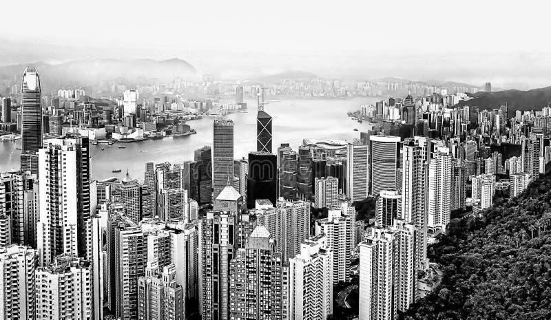 Vista aérea de arranha-céus modernos da ilha de Hong Kong da parte superior do pico de Victoria Cores preto e branco fotografia de stock