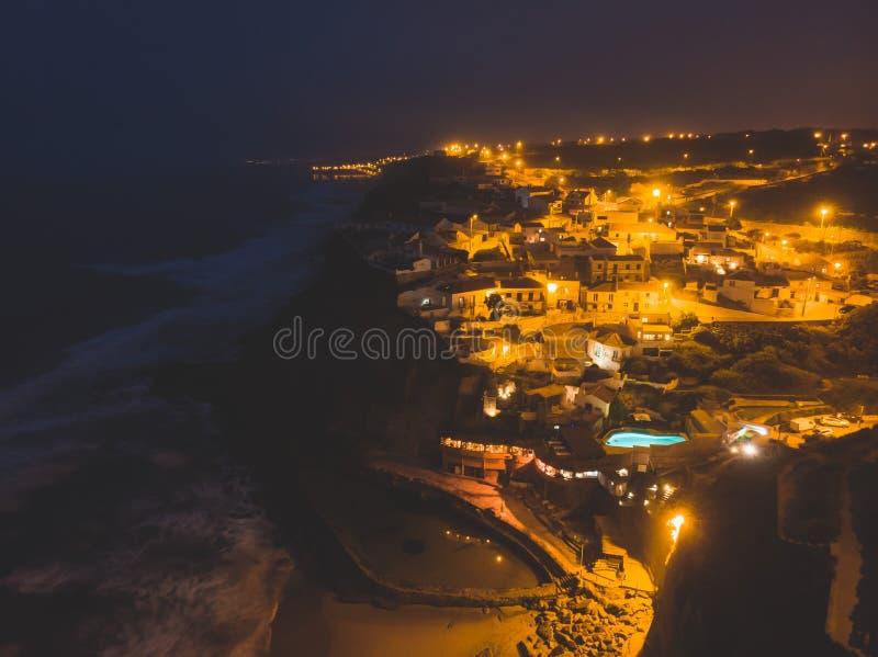 A vista aérea de Azenhas faz março, a municipalidade de Sintra, uma vila de beira-mar na costa portuguesa ao noroeste de Lisboa,  fotografia de stock