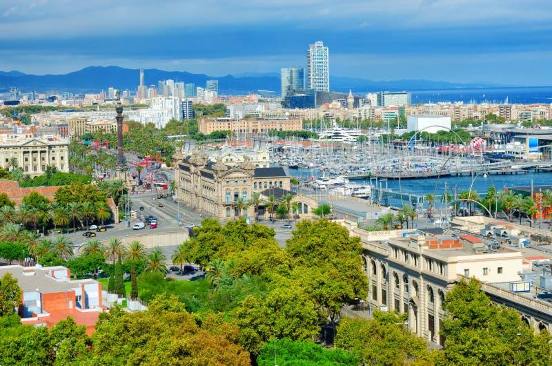 Vista aérea de Barcelona Avenida de Passeig de Colom y monumento de Columbus, La Barceloneta y puerto Vell Cataluña, España foto de archivo libre de regalías