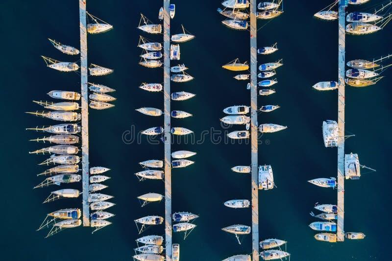 Vista aérea de barcos asombrosos en la puesta del sol en Marmaris, Turquía imagen de archivo