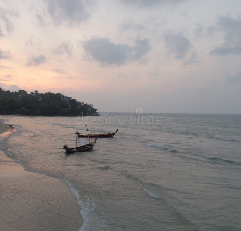 Vista aérea de barcos de pesca no mar no por do sol bonito imagem de stock