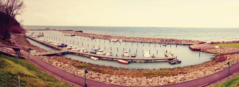 Vista aérea de barcos e de iate de pesca no porto marítimo pequeno fotos de stock