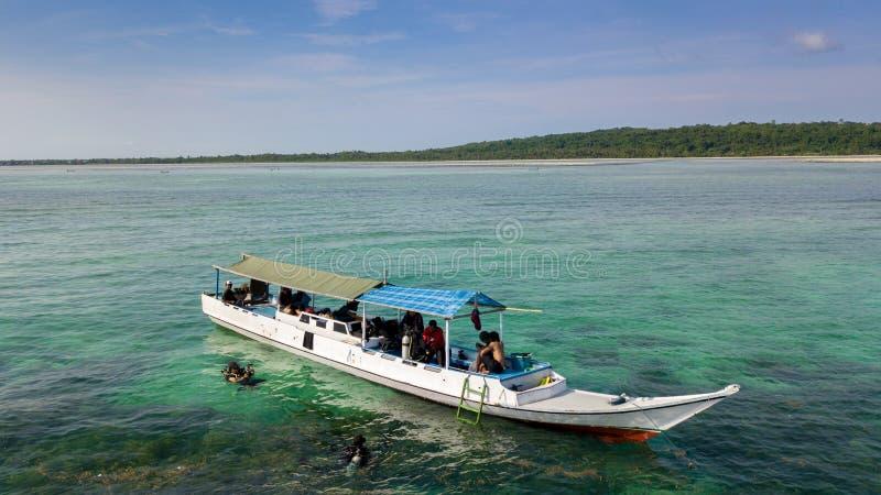 Vista aérea de barcos de madeira de pesca tradicionais no oceano foto de stock