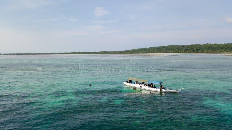 Vista aérea de barcos de madeira de pesca tradicionais no oceano foto de stock royalty free