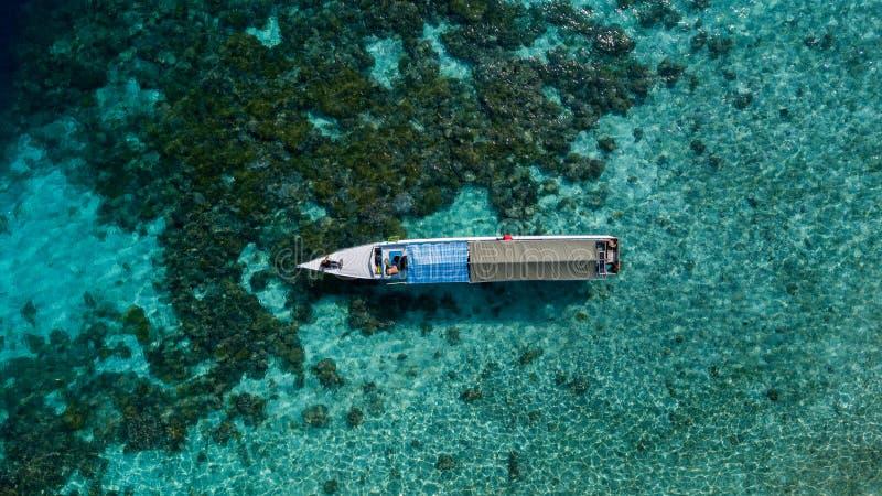 Vista aérea de barcos de madeira de pesca tradicionais no oceano imagens de stock
