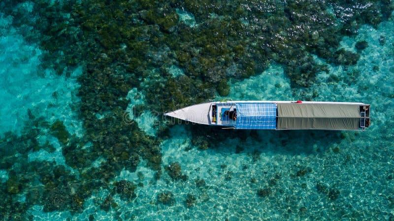 Vista aérea de barcos de madeira de pesca tradicionais no oceano imagem de stock royalty free