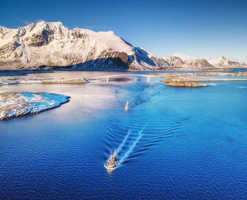 Vista aérea de barcos de pesca, de ponte, de montanhas e de oceano Barcos nas ilhas de Lofoten, Noruega fotografia de stock