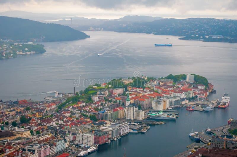 Vista aérea de Bergen, Noruega Vista escénica del centro de ciudad, del puerto de Vagen y de Puddefjorden imagen de archivo libre de regalías