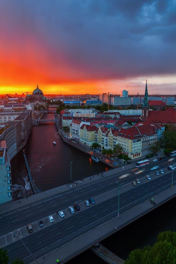 Vista aérea de Berlim, Alemanha, no por do sol imagens de stock royalty free