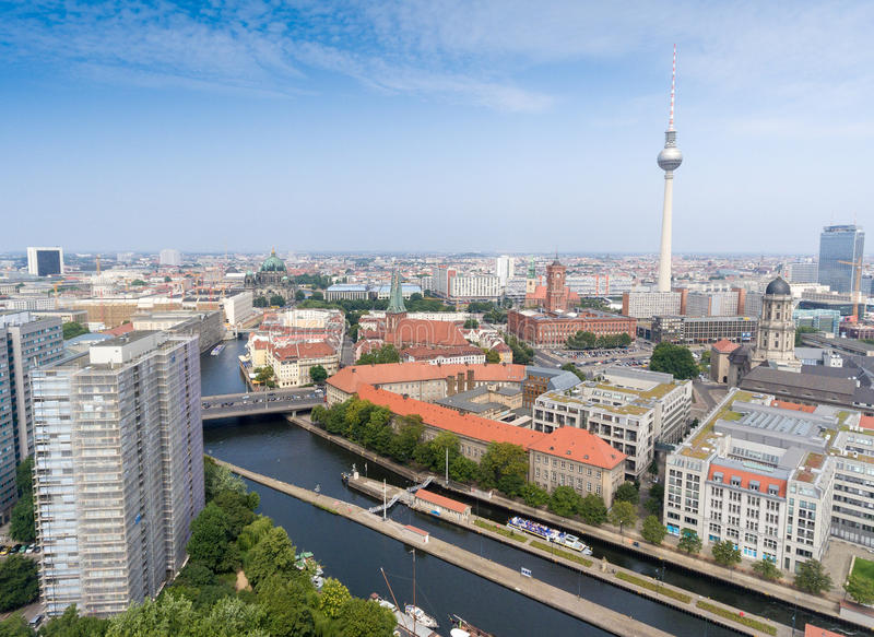 Vista aérea de Berlim do helicóptero com o ri da torre e da série da tevê foto de stock