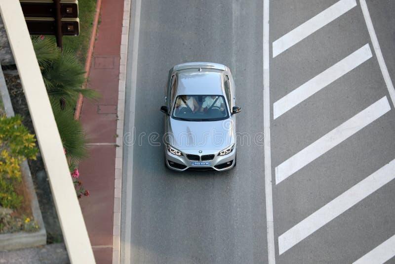 Vista aérea de BMW de prata bonito que conduz no bulevar D fotos de stock