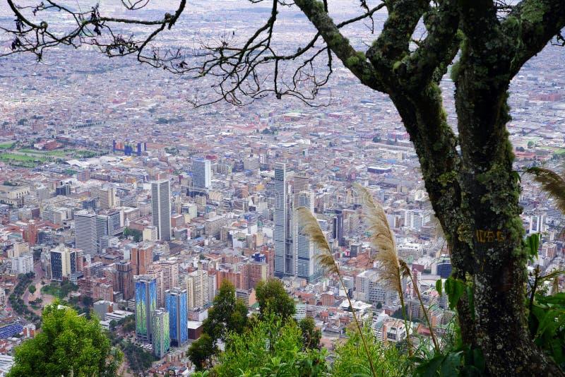 Vista aérea de Bogotá, vista do monte de Monserrate, um dos marcos de Bogotá imagem de stock