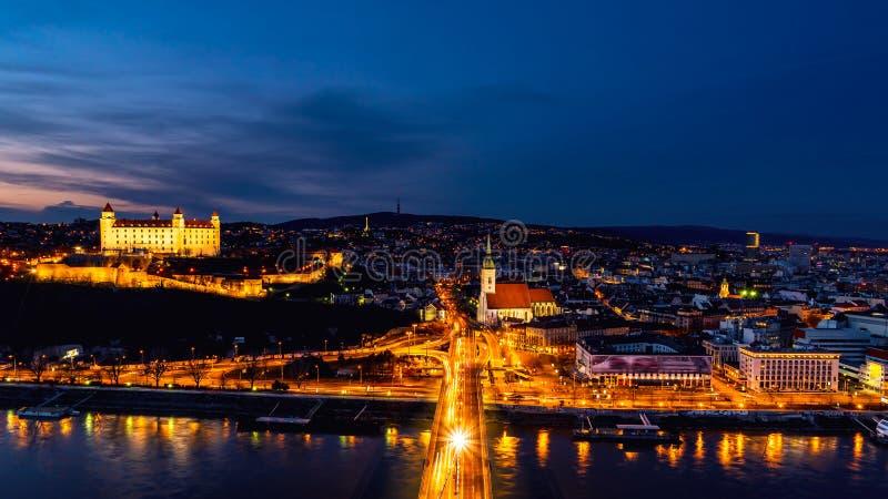 Vista aérea de Bratislava, Eslovaquia en la noche imagen de archivo
