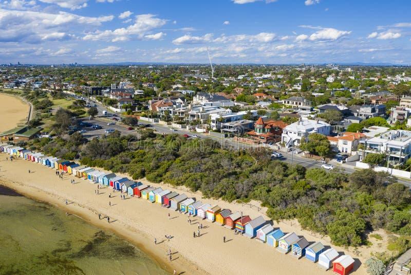 Vista aérea de Brighton Bathing Boxes y del suburbio costero de Brighton imagen de archivo