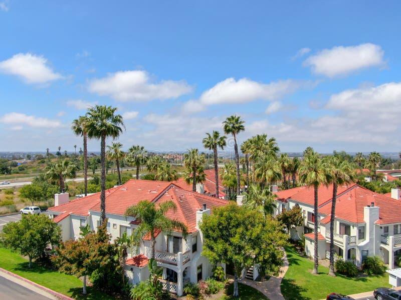 Vista aérea de Califórnia do sul típica, construções residenciais do estilo espanhol foto de stock